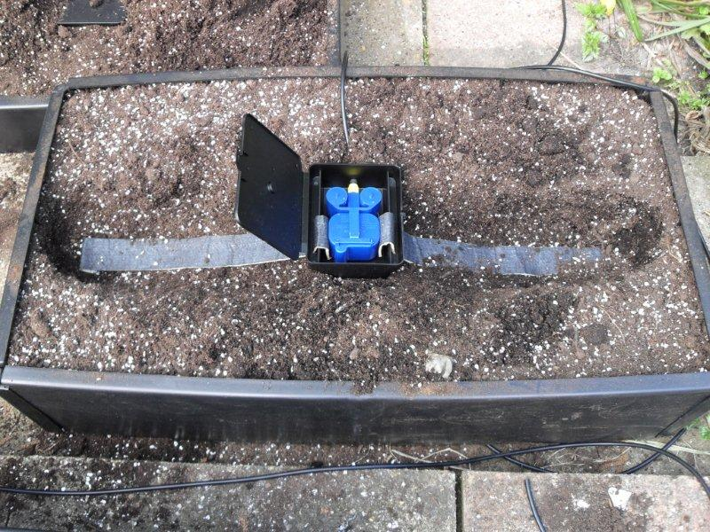 The straight capillary mat is designed to distribute water over an area of 1sq/m for narrow areas or growing plants in straight lines. The replacement matting is supplied in pairs.